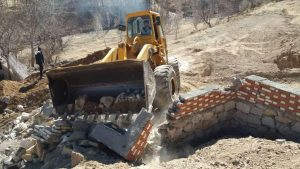 تخریب ساخت و سازهای غیر مجاز در روستای طبس